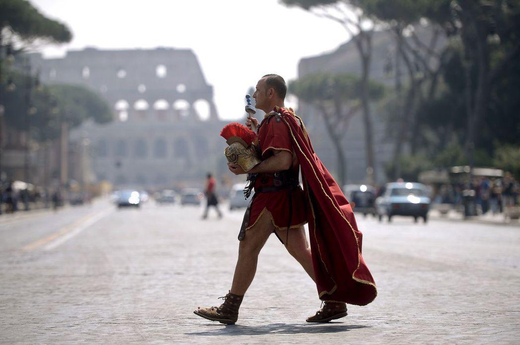 從歷史背景、城市景觀或文化意涵來看,羅馬城的「角鬥士」都顯得怪異且格格不入。 圖...