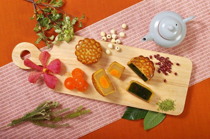 普羅旺斯秋月禮盒,蓮蓉蛋黃與抹茶紅豆口味。 歐華/提供
