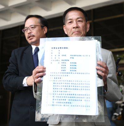 男子翁炳堯(右)在律師陪同下,昨天到台北地檢署控告前總統馬英九與郭台強教唆殺人。...