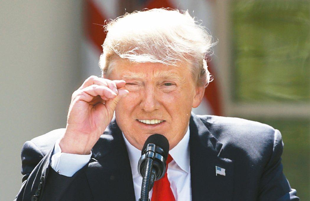 川普用手勢表達即使所有國家遵守並全面執行巴黎協定,到2100年估計全球氣溫只會降...