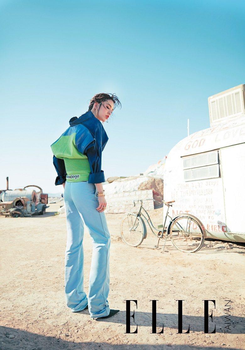 賽車元素皮革拼接襯衫、天藍色寬褲、綠高跟鞋(ALL BY BALENCIAGA)...