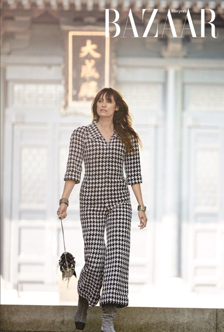 連身褲裝、手環、火箭造型包,Chanel。
