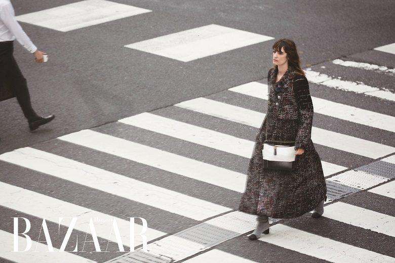 毛呢大衣、長靴、胸花、Gabrielle包,Chanel。