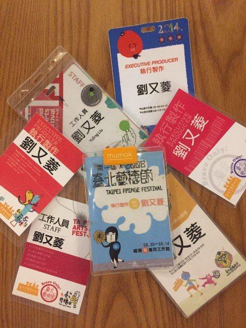 劉又菱累積了十年的台北藝穗節工作名牌。 圖/劉又菱提供