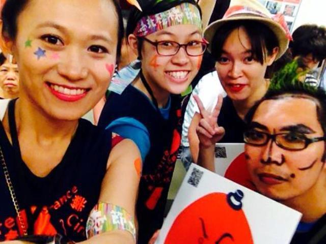 2014藝穗節開幕活動,吸睛打扮+上街吶喊才是正經事。 圖/劉又菱提供