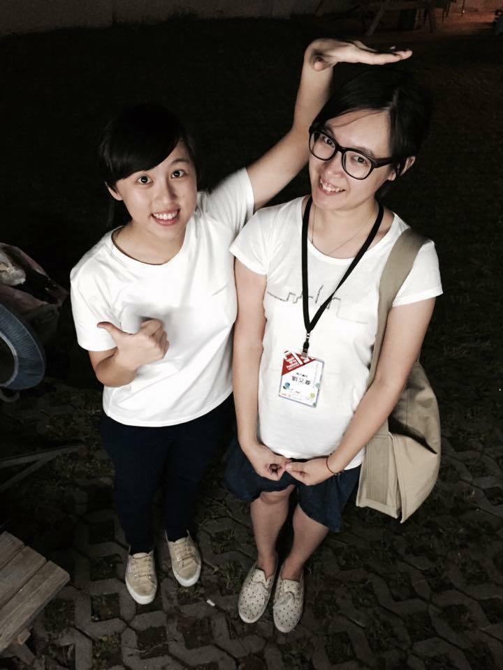 劉又菱(右)與她從高中看到大的志工若茵。這年宣告要從藝穗節畢業,沒想到隔年又回來...