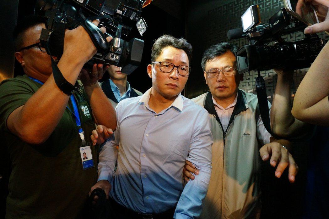 陳偉志(中)進入雄檢時皺眉頭,神情有些哀戚。 記者林伯驊/攝影