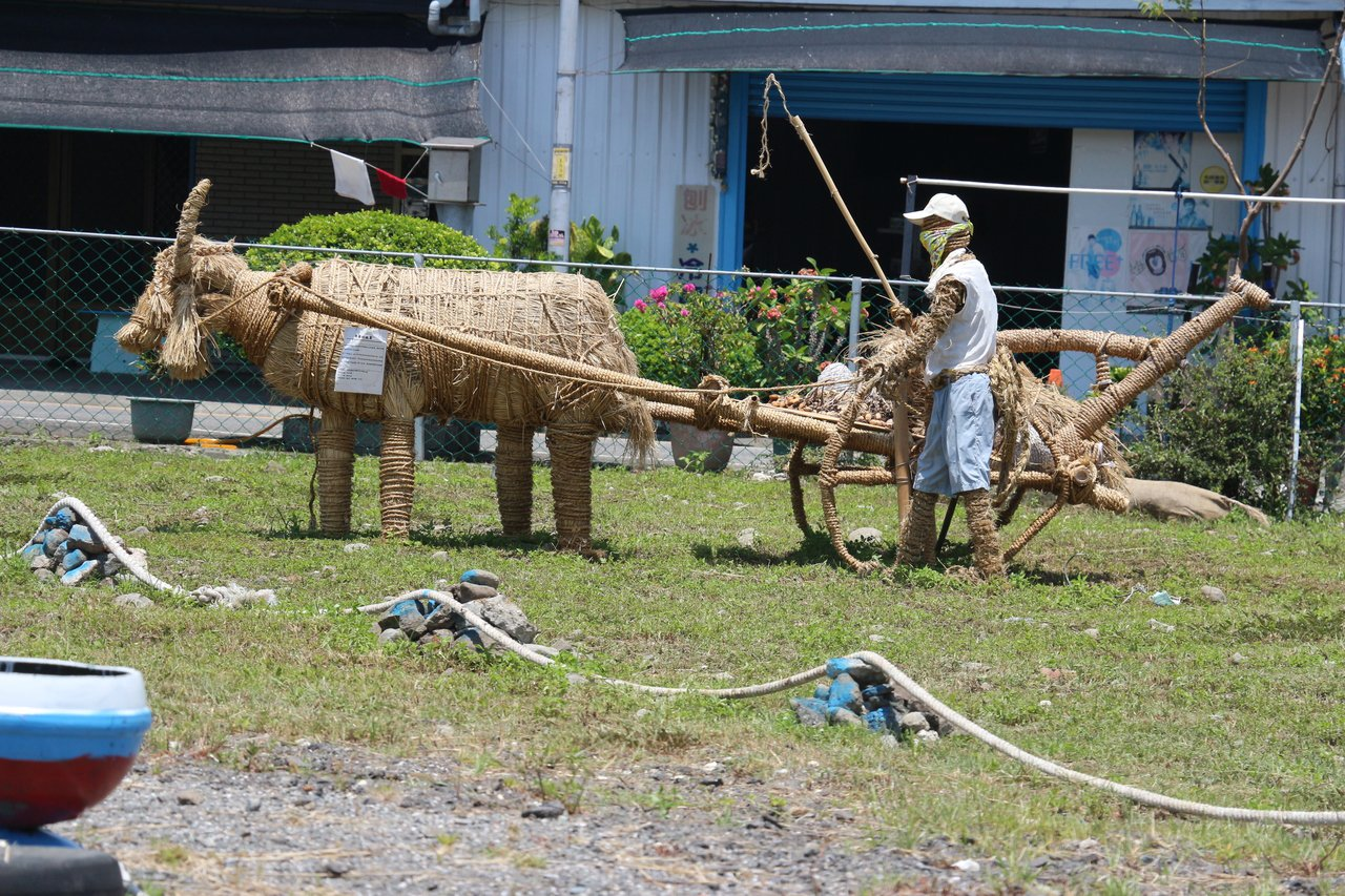台東成功鎮稻草節在鎮公所前展現一座座部落手作稻草藝品,呈現經典農家社會文化。記者...
