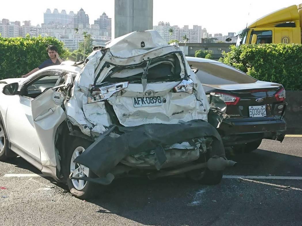 中山高南下路段車禍,造成1死3傷,被撞的小客車嚴重變型。圖/消防局提供
