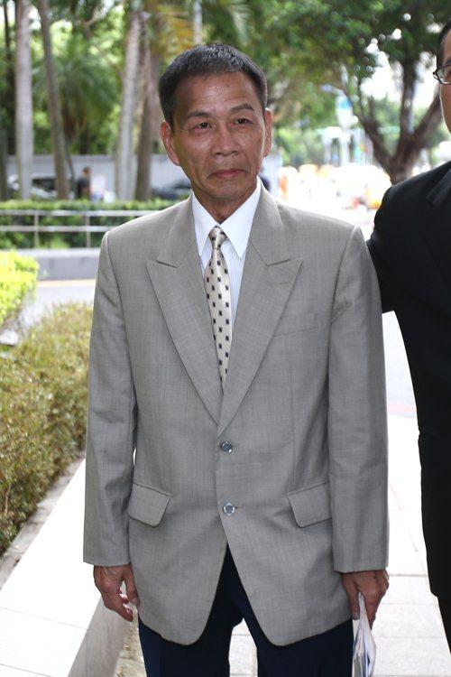 男子翁炳堯( 圖)聲稱曾替郭台強到蔡正元服務處開槍,上午到台北地檢署控告前總統馬...