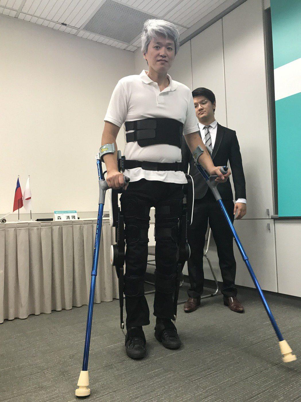 工研院與福寶科技公司合作研發推出「外骨骼機器人」,造福身障朋友。記者陳妍霖/攝影