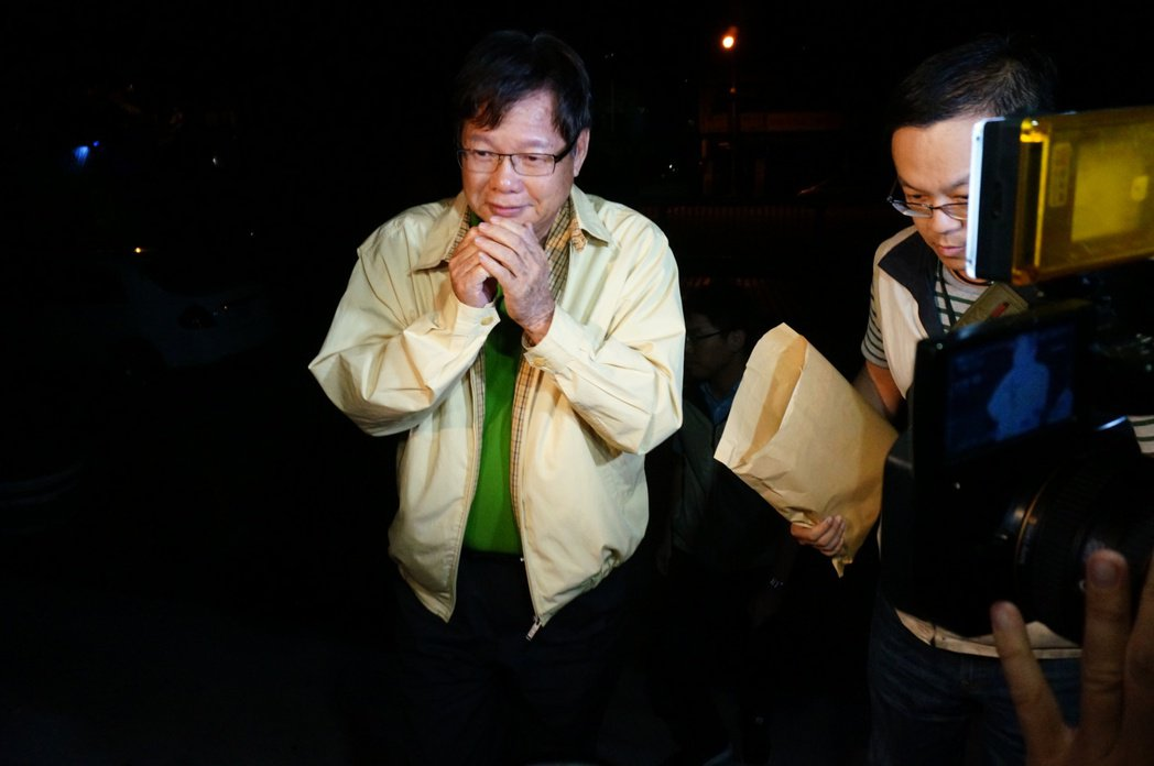 慶富造船公司董事長陳慶男日前面對媒體起初拱手要致意。 記者林伯驊/攝影