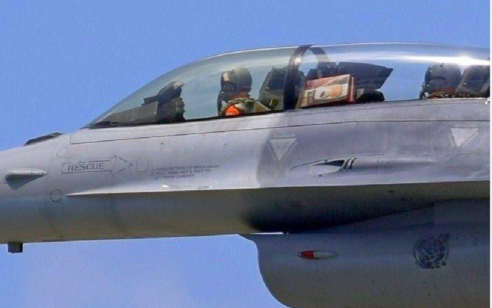 空軍一架疑似自花蓮空軍基地起飛返降的F-16B雙座戰機,被航迷拍到後側教官艙竟然...
