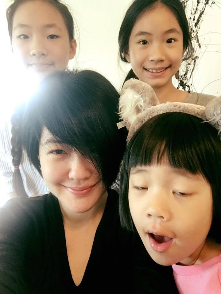 小S常在臉書分享與3名女兒的自拍照,許老三表情搞笑又古靈精怪,在網路上擁有許多粉...