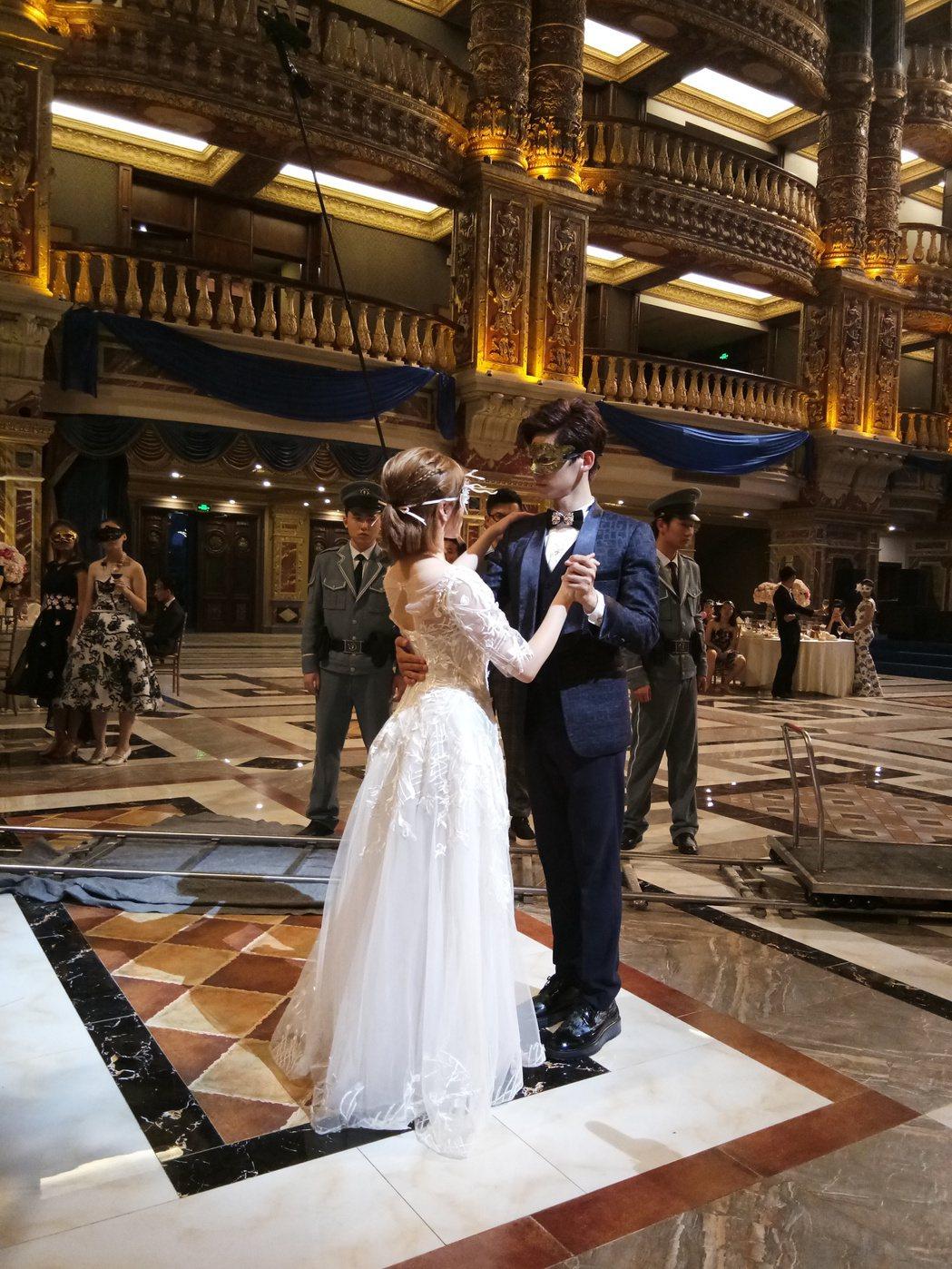 林柏宏拍攝舞會戲碼。圖/周子娛樂提供