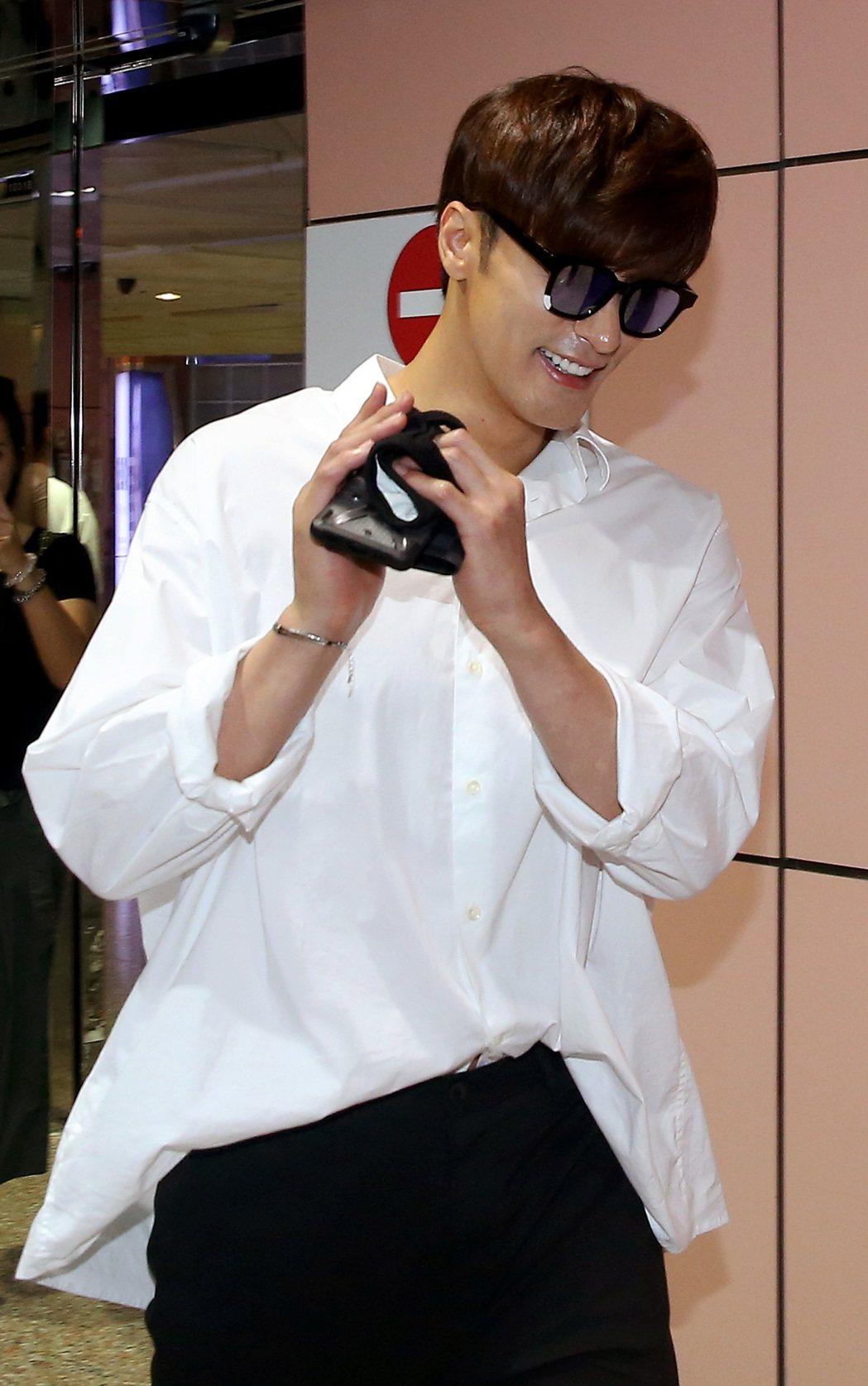 南韓藝人成勛10日中午搭機抵達桃園機場。記者陳嘉寧/攝影