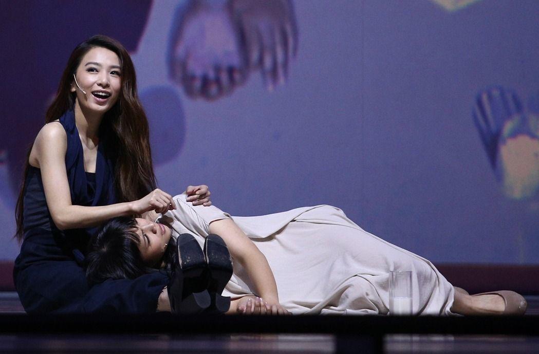 田馥甄(左)演出「小夜曲」音樂舞台劇在國家戲劇院壓軸登場,田馥甄與「莎士比亞的妹...