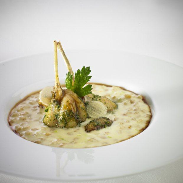 主廚將帶來多道經典菜色,像是法式田雞腿小麥燉。圖/君悅酒店提供
