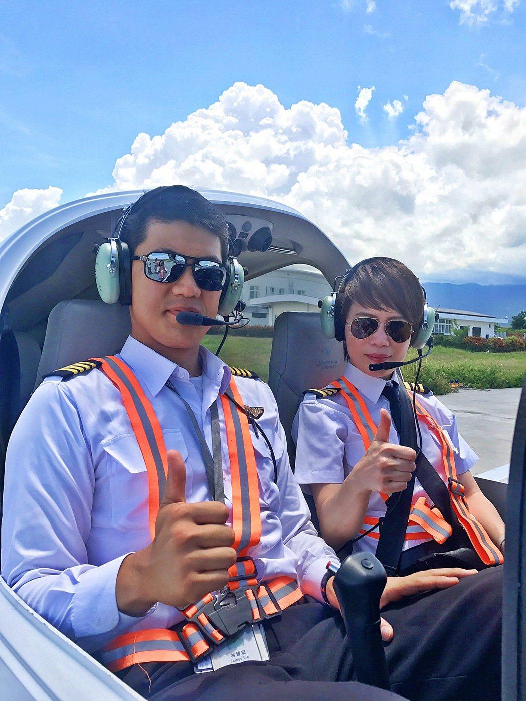 壹電視主播陳雅琳(右)學開飛機。圖/壹電視提供