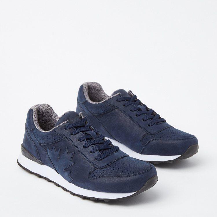 Roots Canada 150深藍復古鞋款,約4,380元。圖/Roots提供