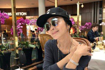 近來陳美鳳粉絲團有一張在新加坡飯店大廳的照片,引起熱烈討論,原來粉絲留言不斷指出照片有其他「亮點」,有一位在她左後方高大帥氣的外國帥哥,一直目不轉睛的盯著她看,讓粉絲直呼「有外國人偷看」、「有沒有來...