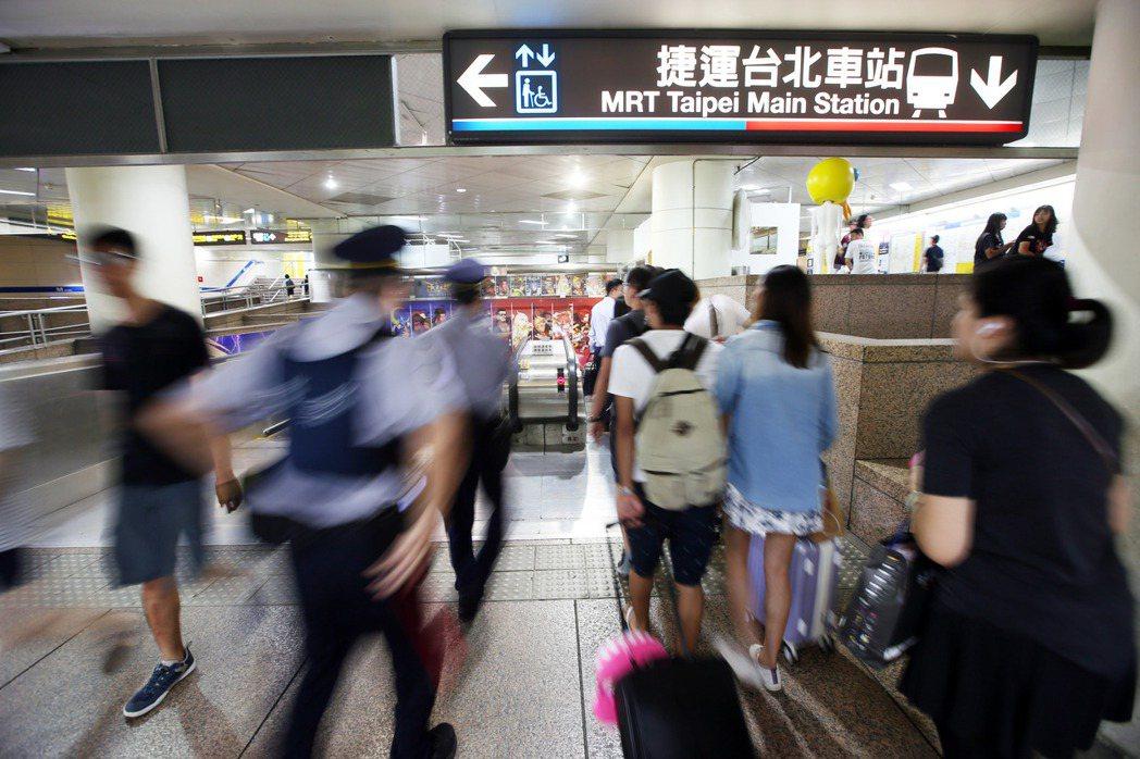 5歲女童被民眾目擊在捷運台北車站M8出口全裸玩耍,除了母親外還有弟弟陪同,現場有...