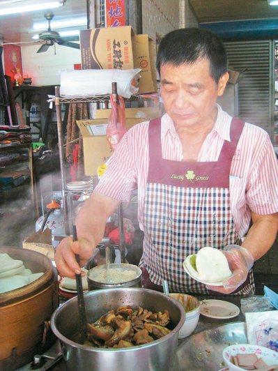 和美鎮公有市場「謝記」刈包的美味秘密,在這鍋「滷三層」。 記者簡慧珍/攝影