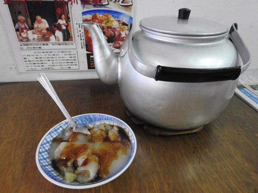 「阿開肉圓」吃法特別,品嘗時別忘了留碎餡料加大骨湯,將肉圓全部「喝光」。 記者賴...