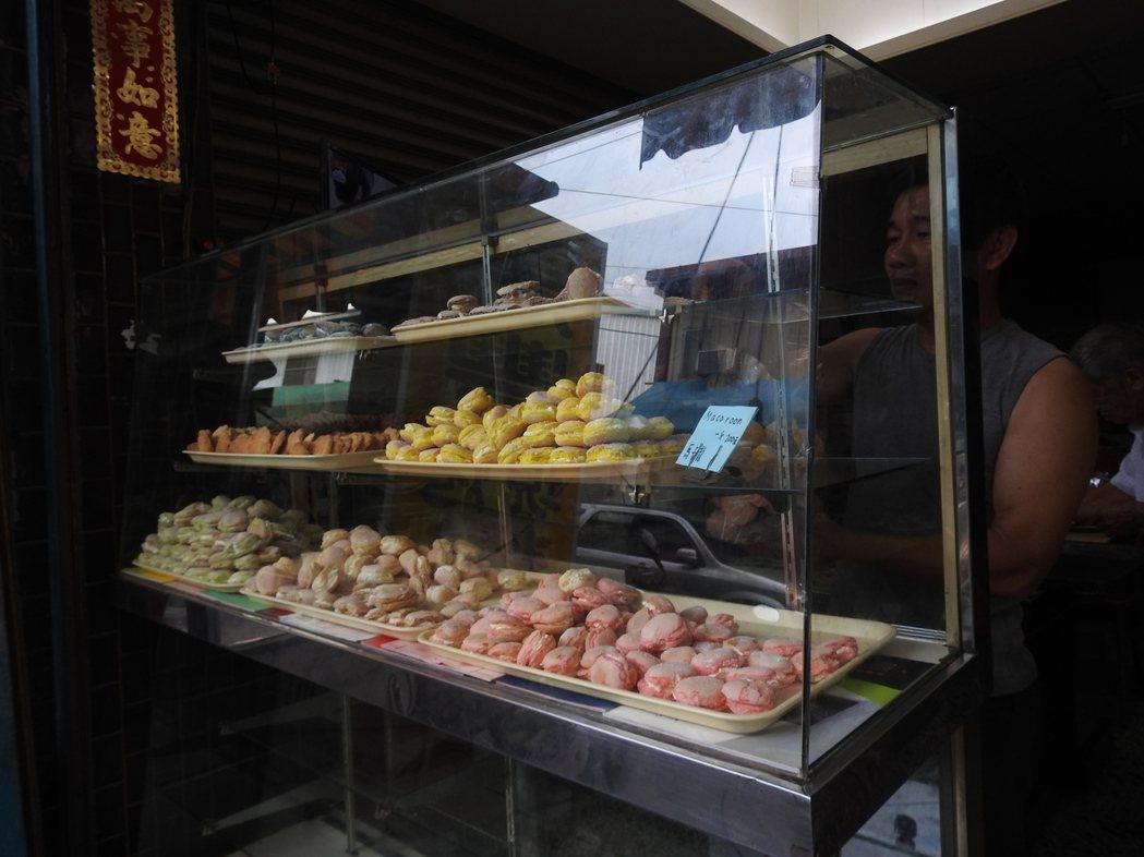 埔里第三市場「惠豐食品行」的台式馬卡龍以斤論價,1斤就一大袋,購買時要特別注意。...