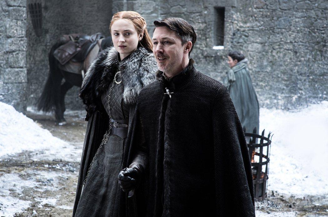 培提爾(右)說服珊莎·史塔克(左)與拉姆西·波頓成婚。 圖/HBO提供