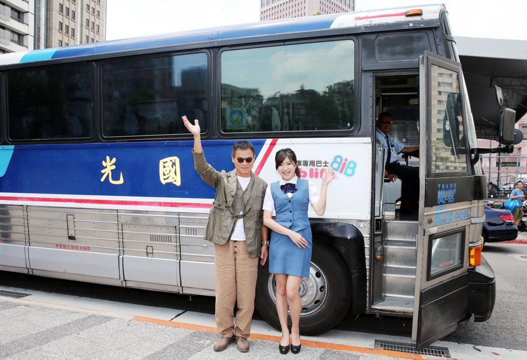 羅大佑搭乘國光號巴士來到記者會場與金馬小姐合影。記者徐兆玄/攝影
