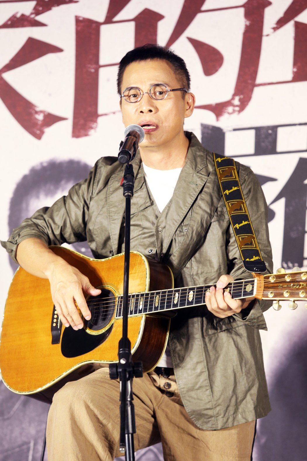 羅大佑在記者會上演唱創作歌曲為演唱會宣傳。記者徐兆玄/攝影