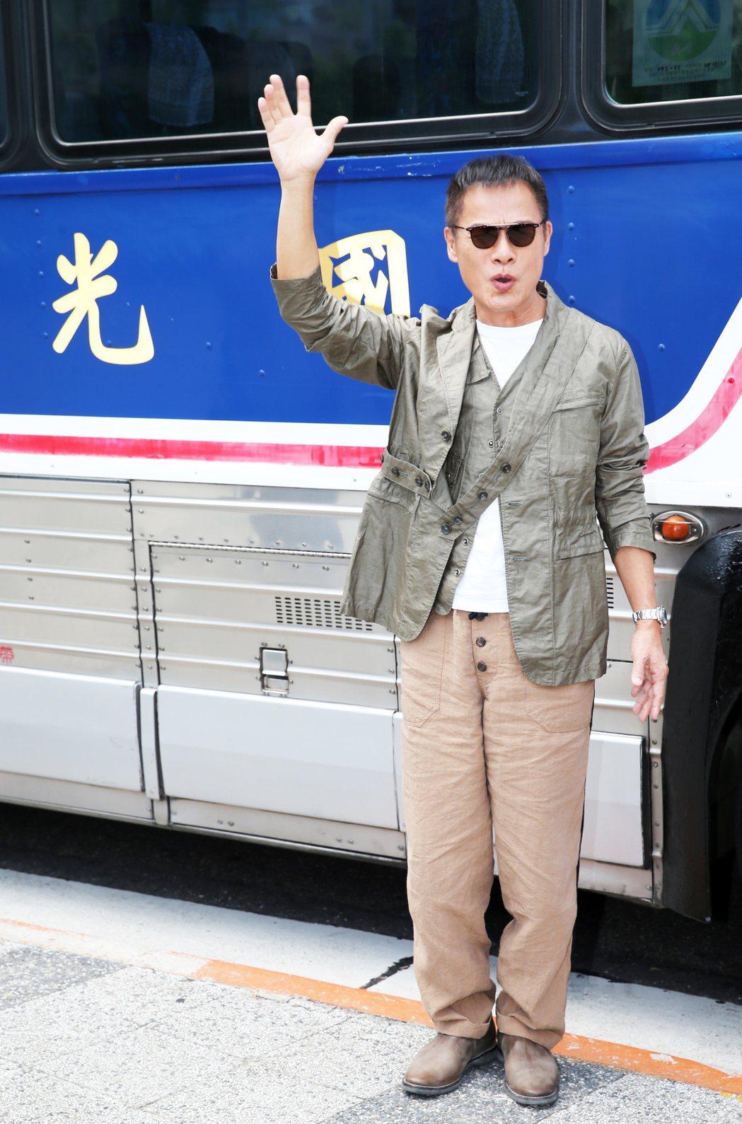 羅大佑搭乘國光號巴士來到記者會場,象徵遊子歸鄉。記者徐兆玄/攝影