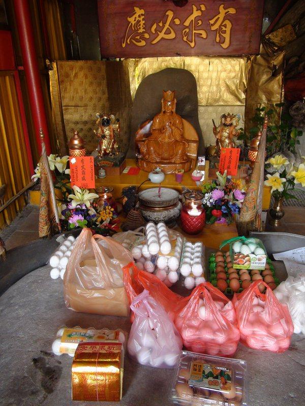 位於台中大甲的河神廟香火鼎盛,3年前廟方更幫河神打造金身,與巨石一起供奉。 記者...