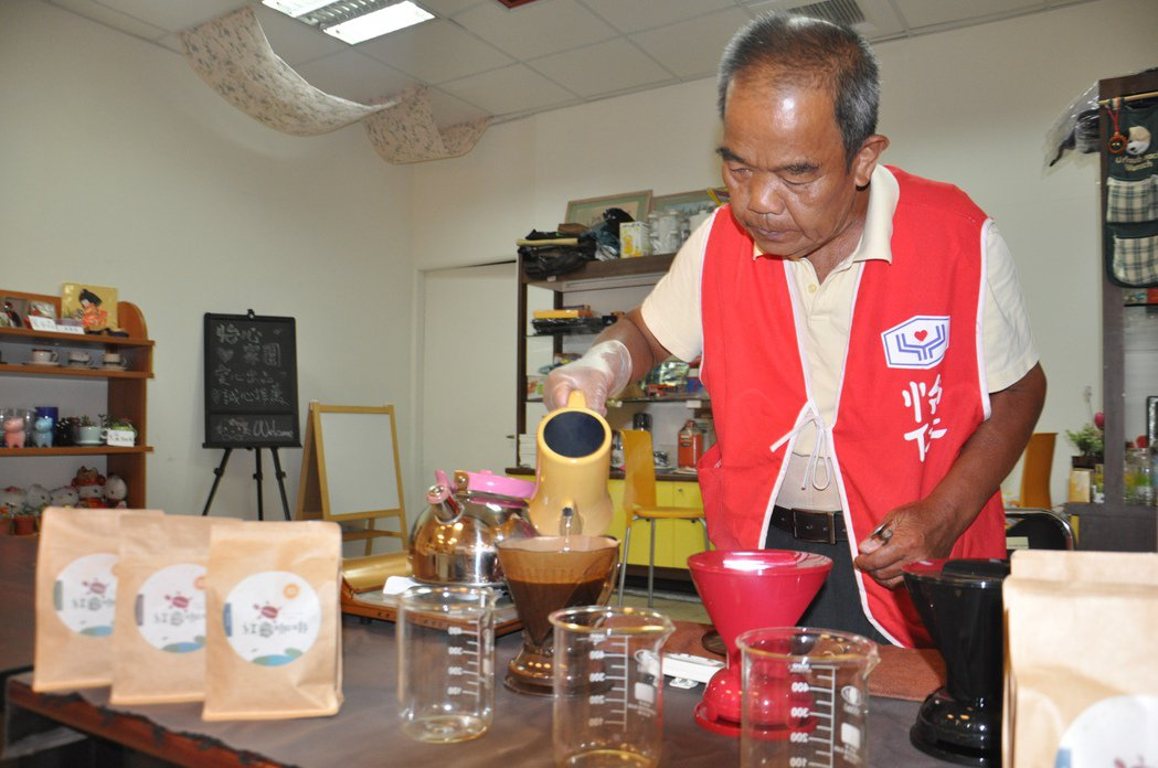 黃紫雲的路行者咖啡現在進駐桃園敏盛醫院經國總院的B1販售,手沖的咖啡香氣迷人。 ...