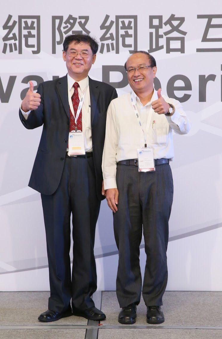 是方電訊董事長吳彥宏(左)、總經理劉耀元,為本屆「網際網路互連國際論壇」(TPF...
