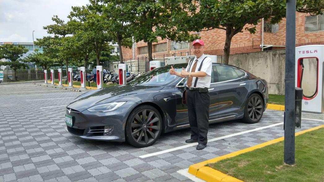BIG SUN羅家慶董事長與超級充電站合影,並表示,很榮幸充電解決方案受到Tes...