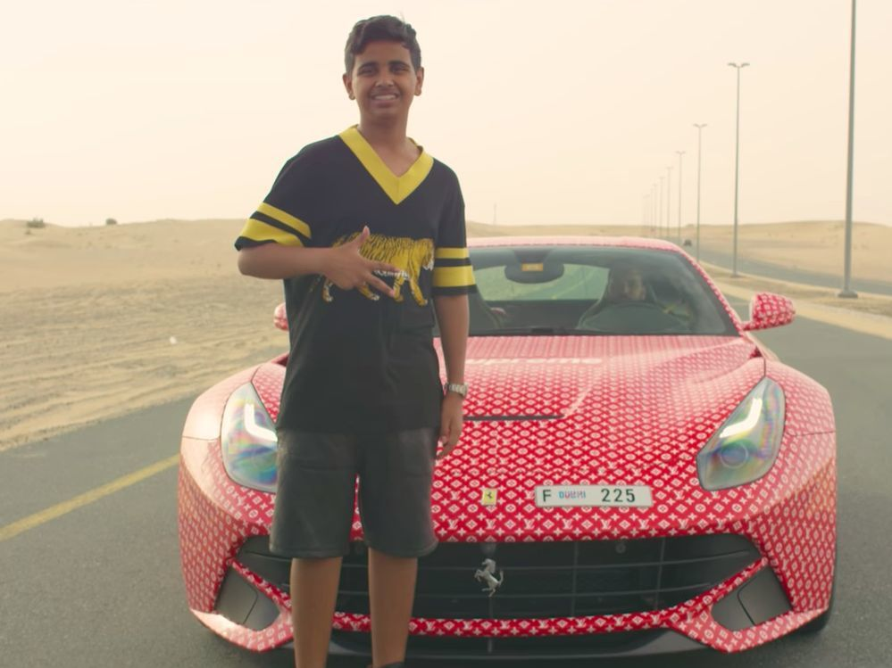 富二代拉沙德買了一台法拉利跑車,貼滿名牌「LV」的圖案。圖擷自Youtube(0...