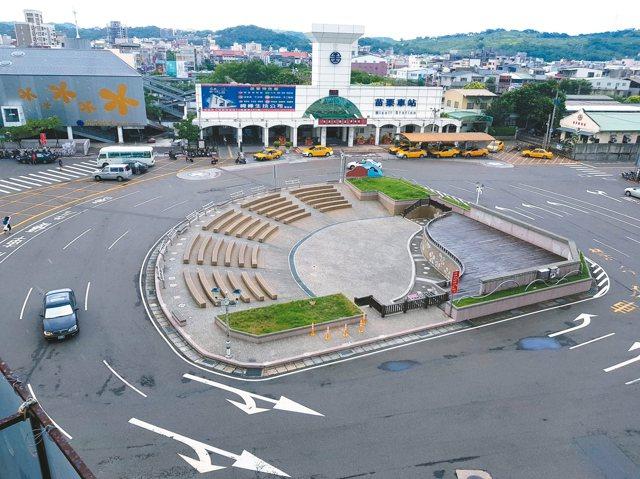 苗栗火車站前圓環設有表演舞台,常有活動或表演,民眾必須穿越車道險象環生,縣府計畫拆除。