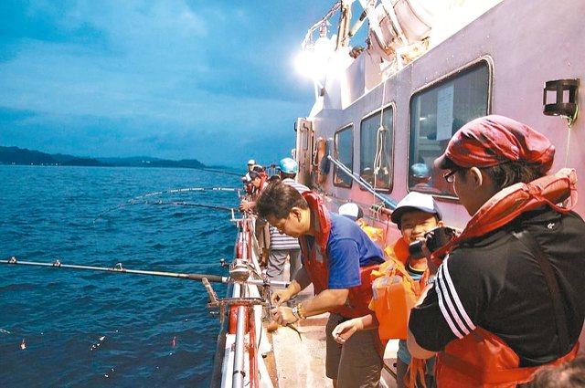 深澳漁港近期力推海釣,港內有不少娛樂漁船業者。