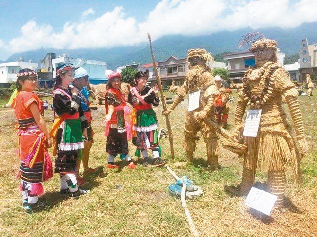 台東成功鎮在鎮公所前展現阿美族部落族人手作稻草藝品,呈現經典農家社會文化。