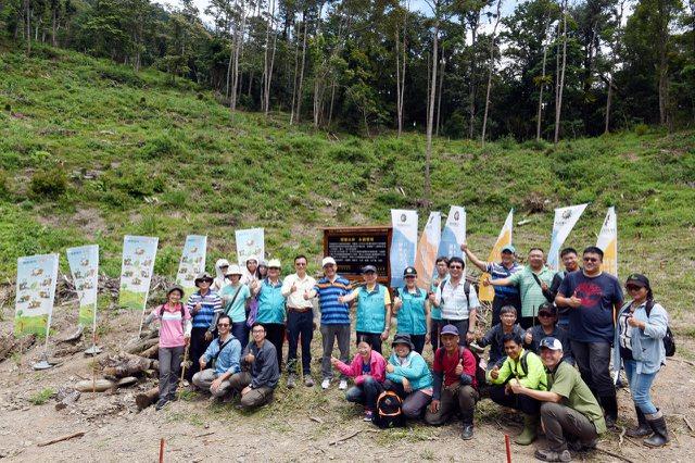 日月光文教基金會與林務局屏東林管處,攜手種下2萬5000棵樹苗,並在苗木栽植林地開心合影。
