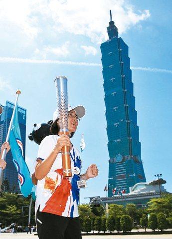 世大運聖火昨回到台北,為12區傳遞聖火揭開序幕,信義區區長游竹萍擔任火炬手從市政府出發。