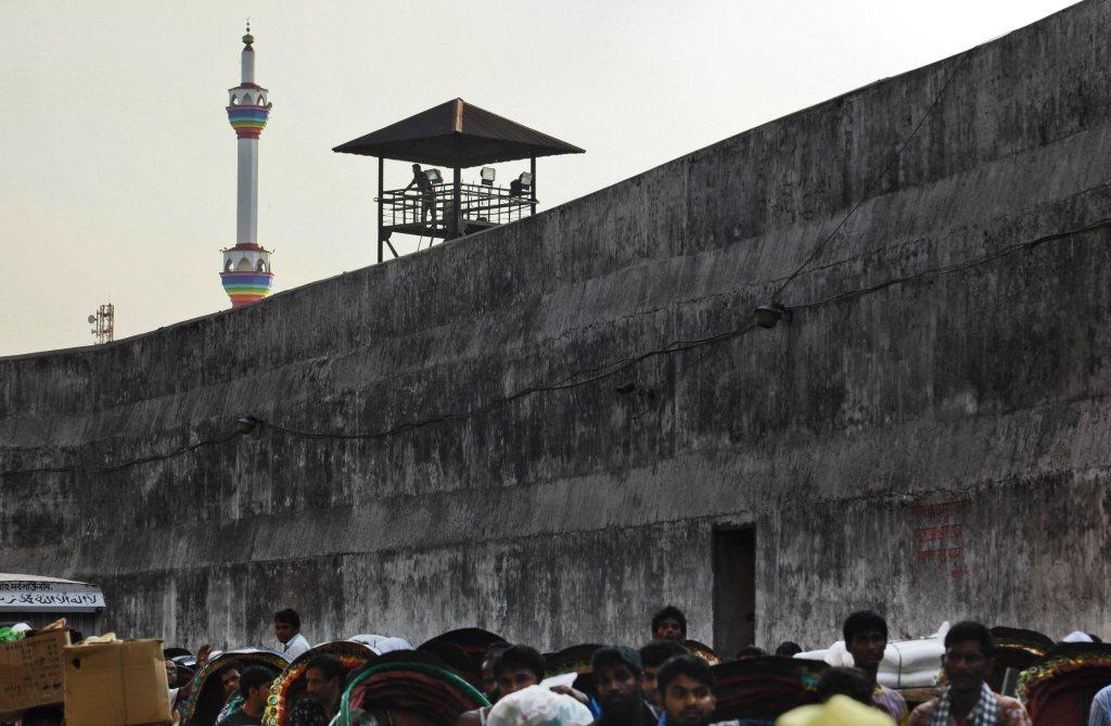 孟加拉一架原本要載乘客前往婚宴派對的直升機,今天意外降落在首都達卡郊區一座最高安...