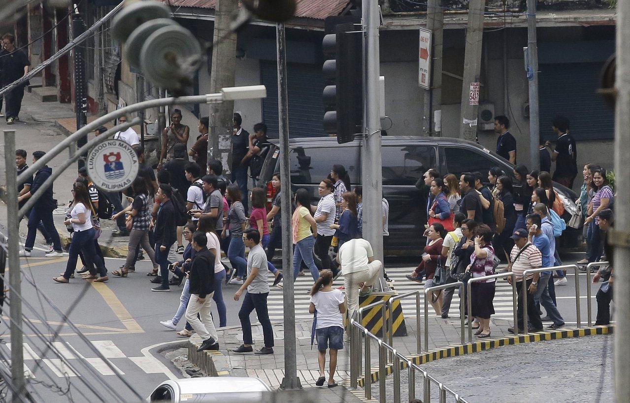 菲律賓北部呂宋島今發生規模6.2地震,首都馬尼拉可感受到震動,建築物晃動,辦公室...