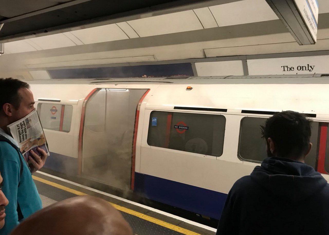 英國倫敦地鐵牛津街圓環站(Oxford Circus)今天傳出起火冒煙事件後緊急...