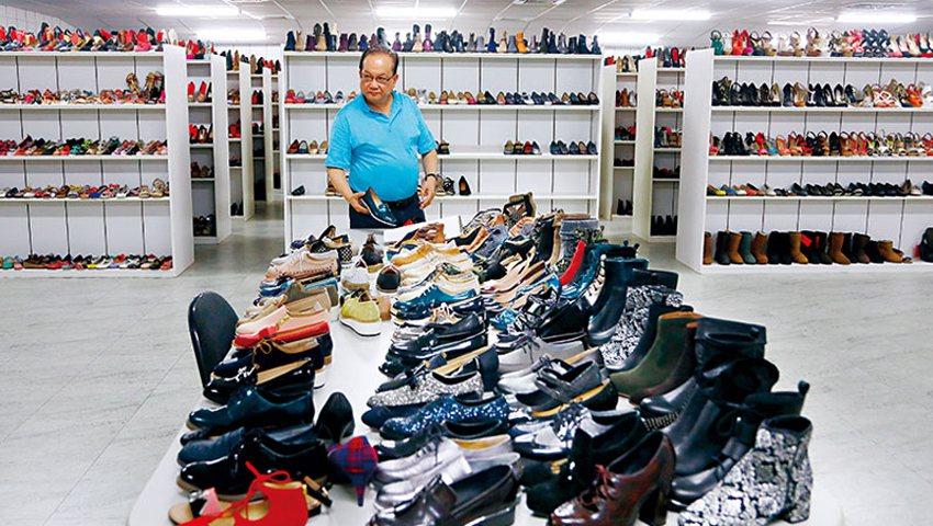 足輝董座連榮華帶我們走進台中總部,樣品室上萬雙女鞋,是曾賣遍全球的見證;如今營收...