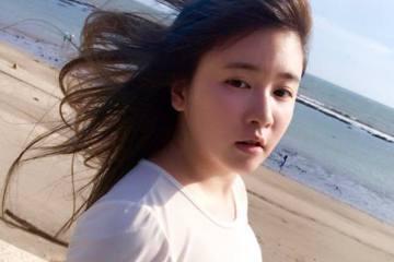 小小瑜(張芯瑜)海邊上演「你是風兒,我是沙」?身材姣好的小小瑜昨(10日)在臉書分享了自己的海邊照,風吹得她長髮飄飄,烈日則將她的臉曬得有些紅通通的,而她身穿緊身白T,胸形畢露,更微微露出腰部。網友...