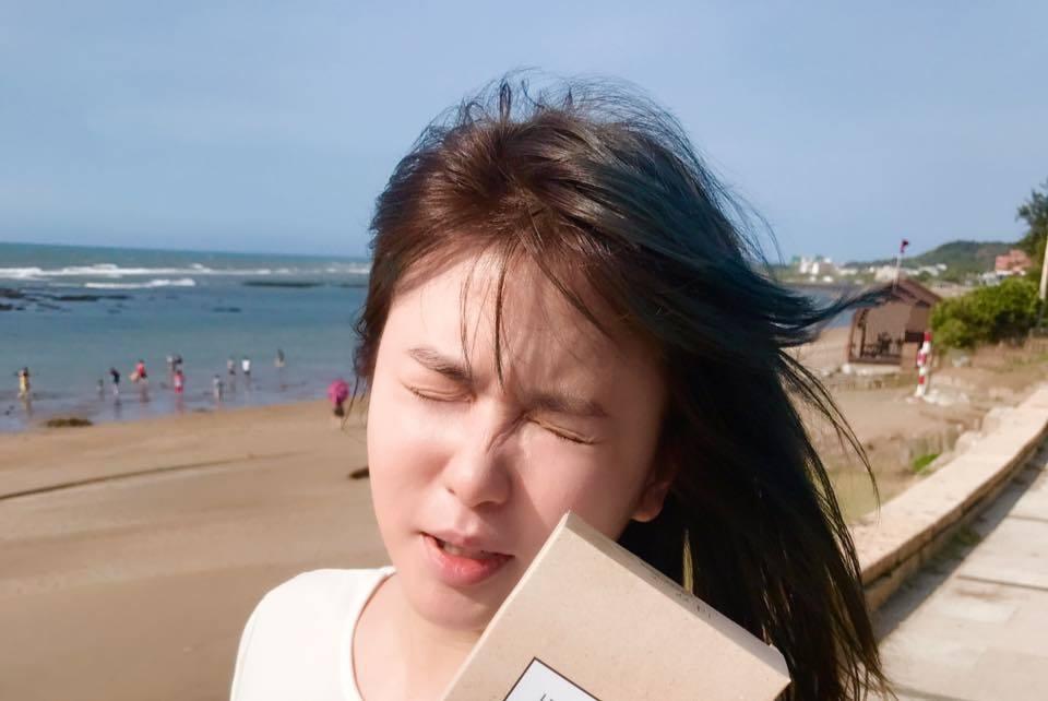 小小瑜分享眼睛進沙NG照。 圖/擷自臉書
