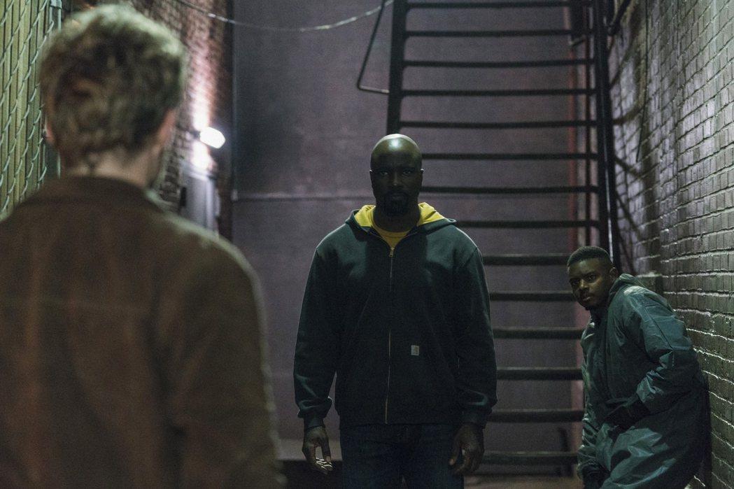 盧克凱奇為了黑人親友與鐵拳俠關係緊張。圖/Netflix提供